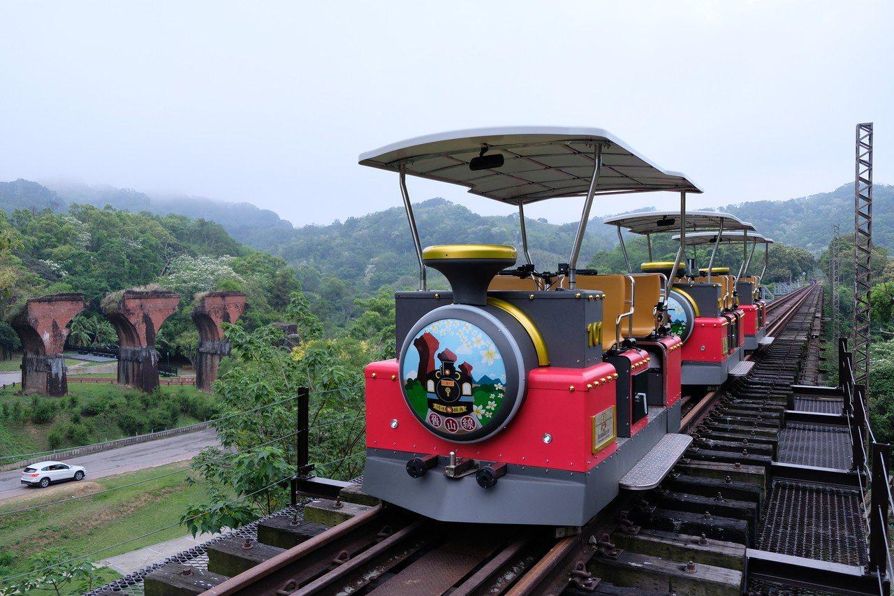 Rail Bike在架空的鐵橋上行駛,讓遊客讚嘆。