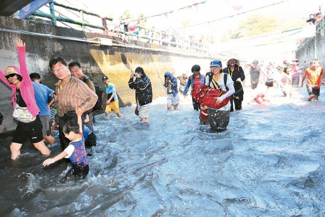 「戀戀二水跑水馬拉松」可以體驗全國特有的水圳節慶。