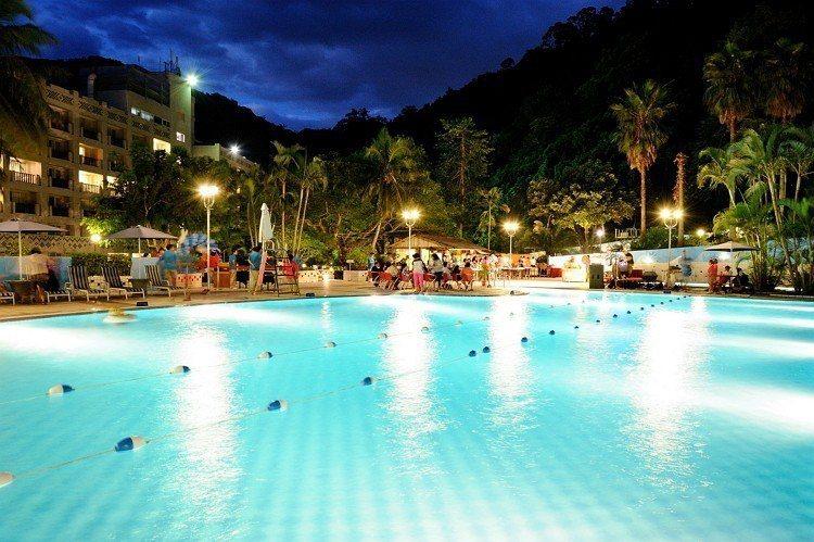 賓客可在泳池畔欣賞原民表演 圖/知本老爺酒店 提供