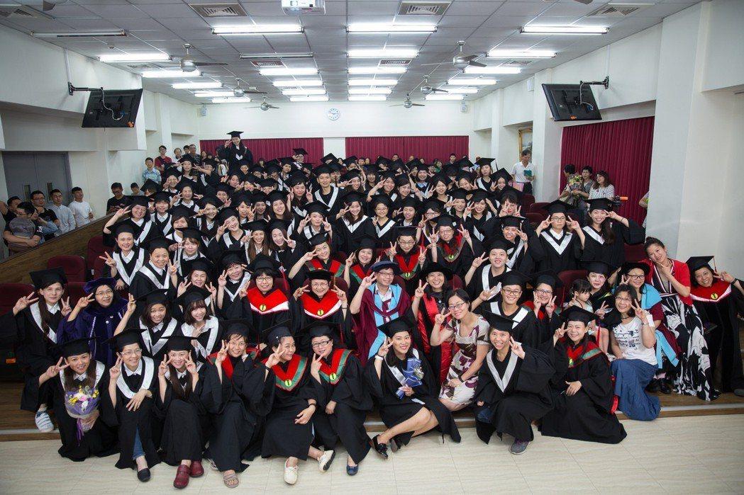 大葉大學護理系第一屆畢業生合影 大葉大學/提供。