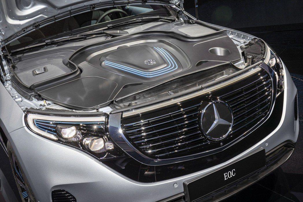 Mercedes-Benz EQC 400 4MATIC光電池組就佔了650kg,這也是車重超過2公噸的關鍵原因之一。 摘自Mercedes-Benz