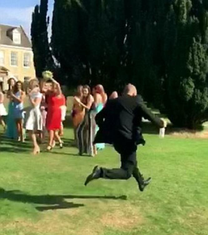 身穿紅禮服的貝斯妮接住了捧花,下秒男友狂奔逃離現場。圖擷自每日郵報