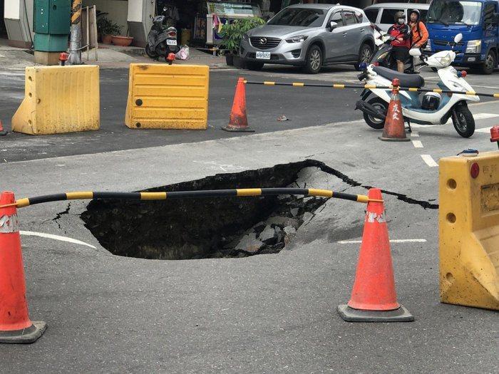8月30日高雄三民區義華路與正忠路口出現塌陷,舊坑才剛補好,一個禮拜後9月5日隔...