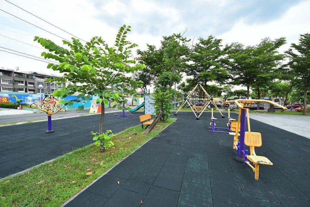 門前正對兒童休閒公園‧寶貝們的快樂遊樂園。 圖片提供/高京建設