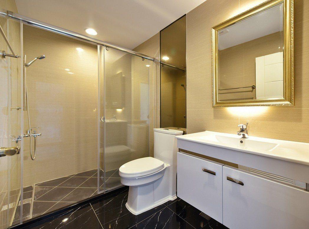 飯店式衛浴設備‧華麗空間暢快紓壓。 圖片提供/高京建設