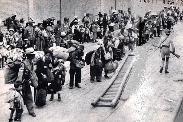 日本戰敗後滿洲等待引揚的民眾。 圖/取自赤塚不二夫官網