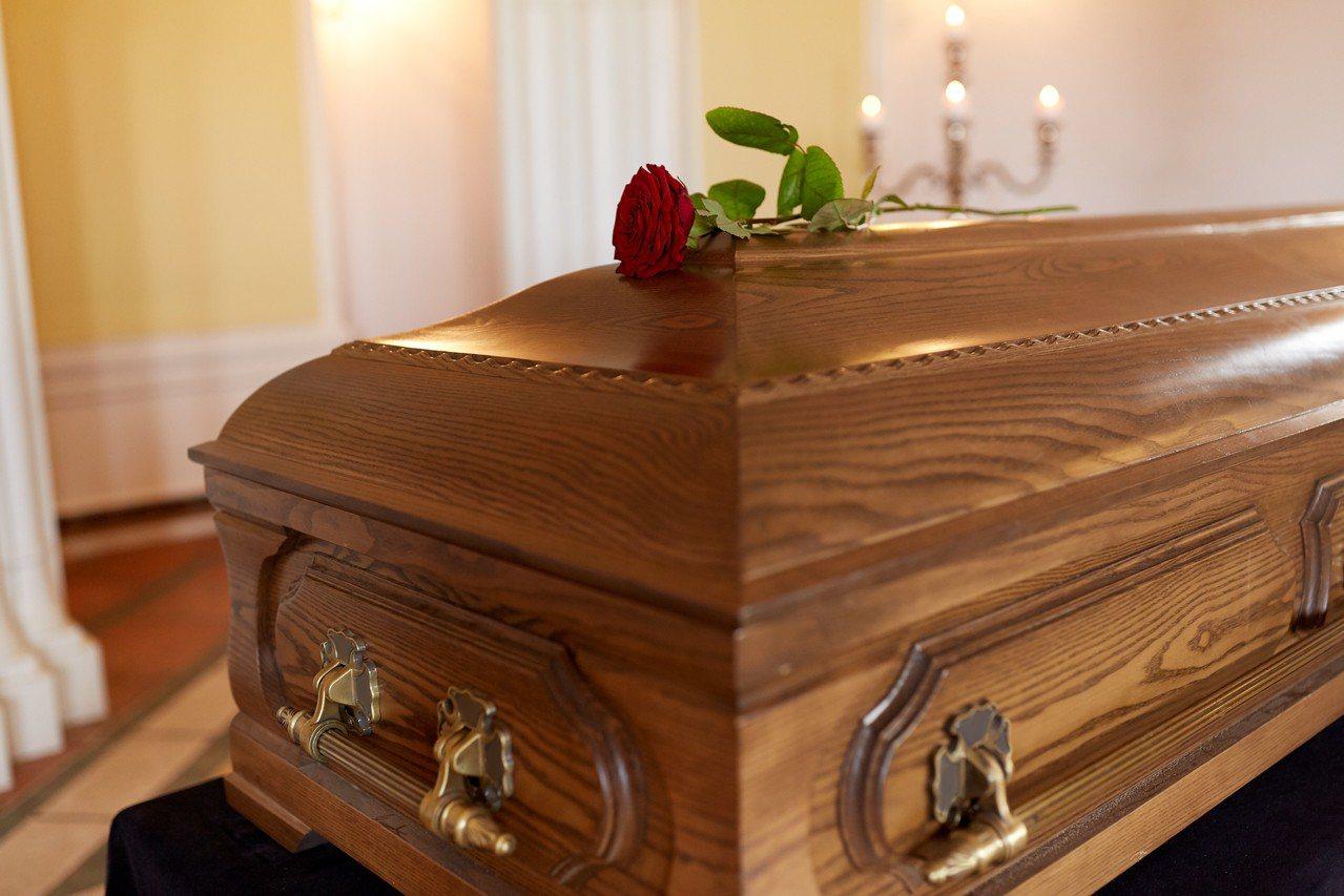 因聯繫不到葬儀社負責人,一名人夫瞞著妻子,偷偷潛入葬儀社偷走岳母屍體。示意圖。 ...