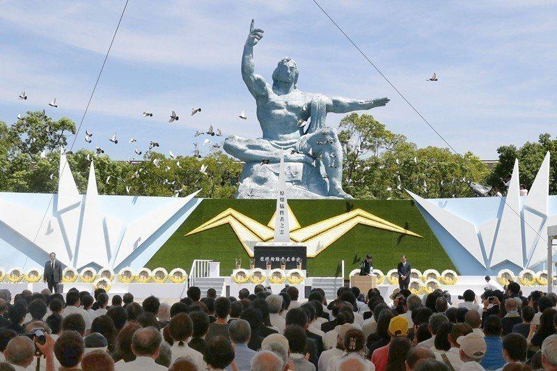 2018年8月9日,民眾在長崎平和公園祈念像前為長崎原爆事件犧牲者祈念。 圖/美...
