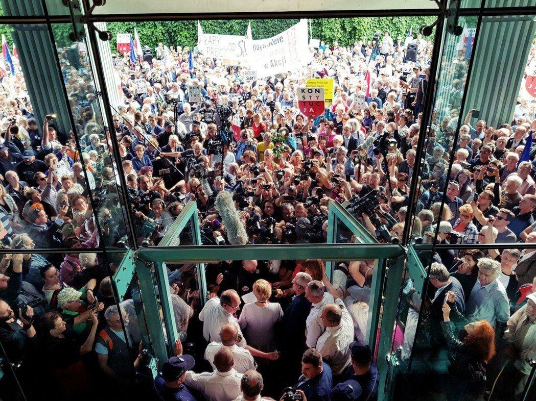 「我人在這裡,是為了守護法治,作為合憲和違憲之間那一條紅線的見證人。」波蘭最高法...