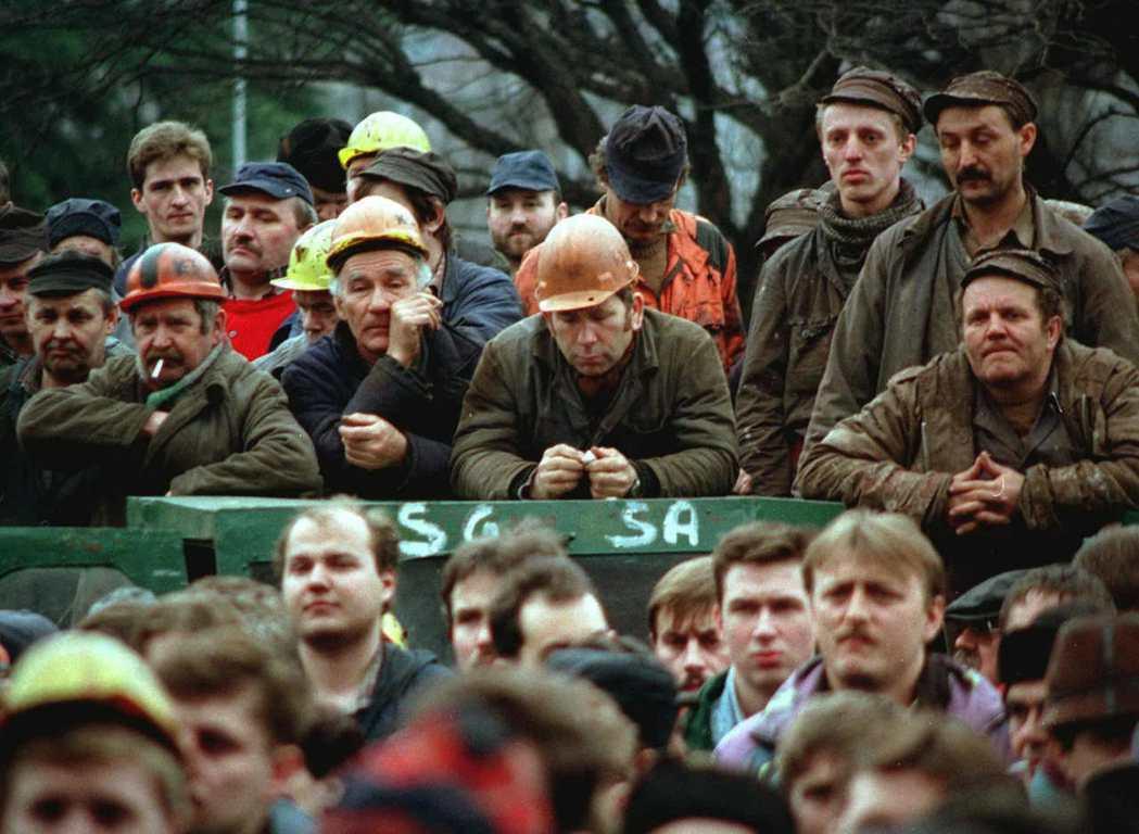 波蘭早在開始民主轉型之際,就已經針對最高法院進行「除垢」,排除和共產政權同流合汙...