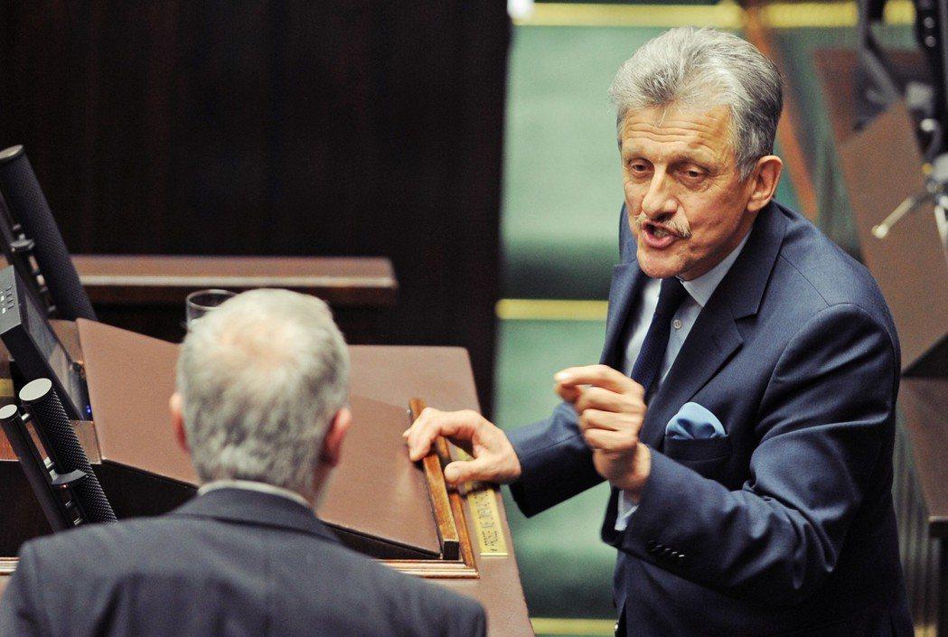 法律正義黨國會議員彼得洛維奇(Stanisław Piotrowicz,圖右)不...