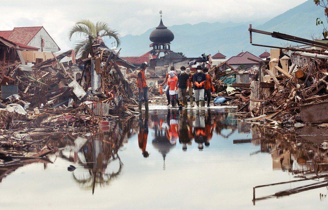「當全世界都在海嘯後關注亞齊時,政府已不能再繼續封鎖這裡,只能任由國際斡旋、開放...