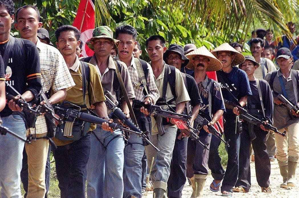 「那些下山的獨立軍跟我們要錢要食物,他們會說,再給我們一包菸吧。我們離和平只有一...
