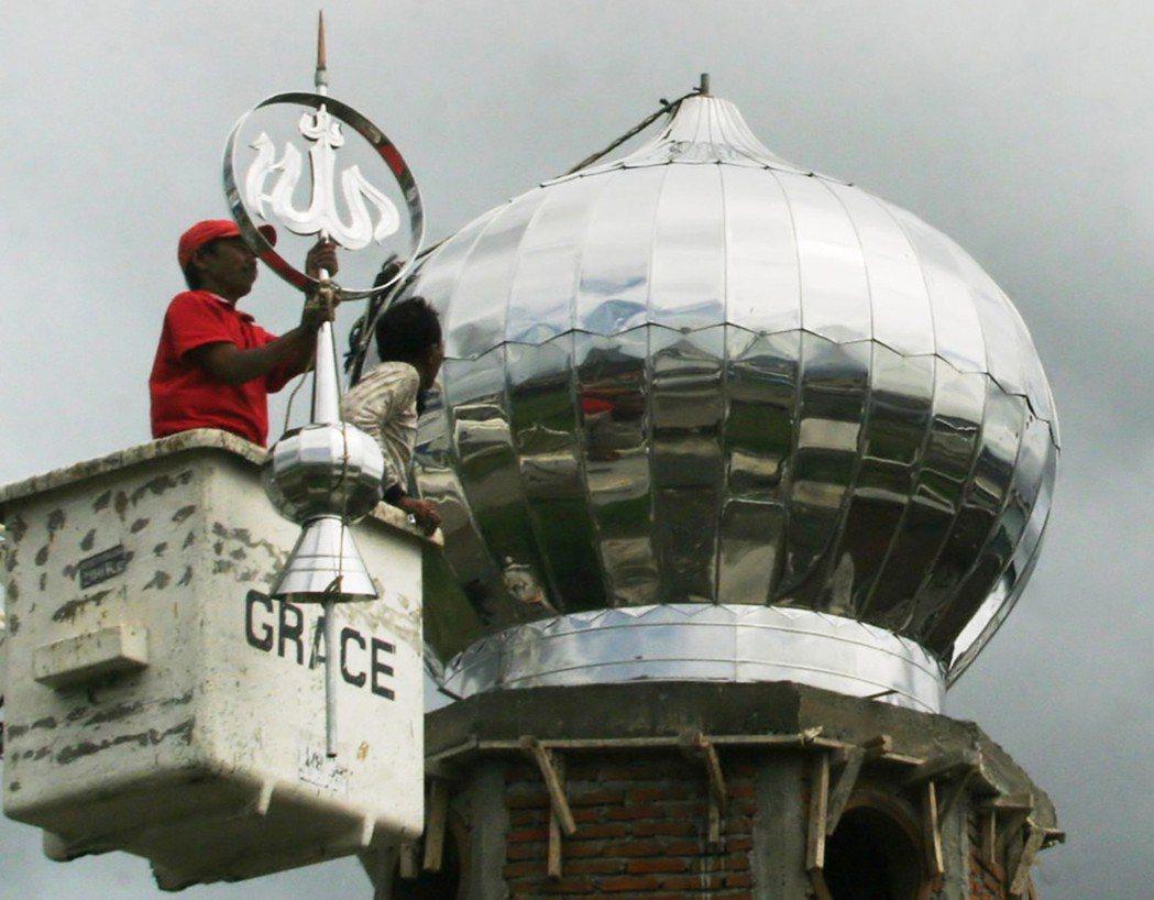「這一切都是真主的計畫。」圖為災後一年,亞齊人重建的清真寺。 圖/美聯社