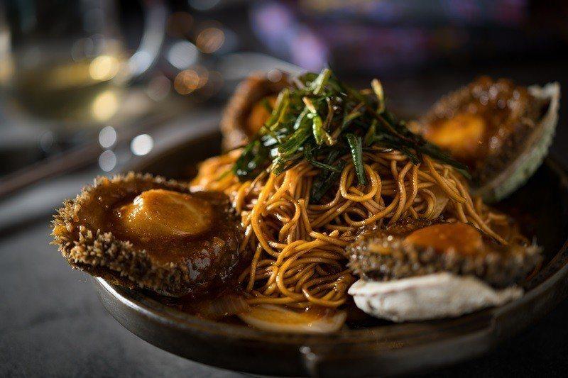 蔥香鮑魚撈麵將蔥油開洋拌麵和活鮑結合