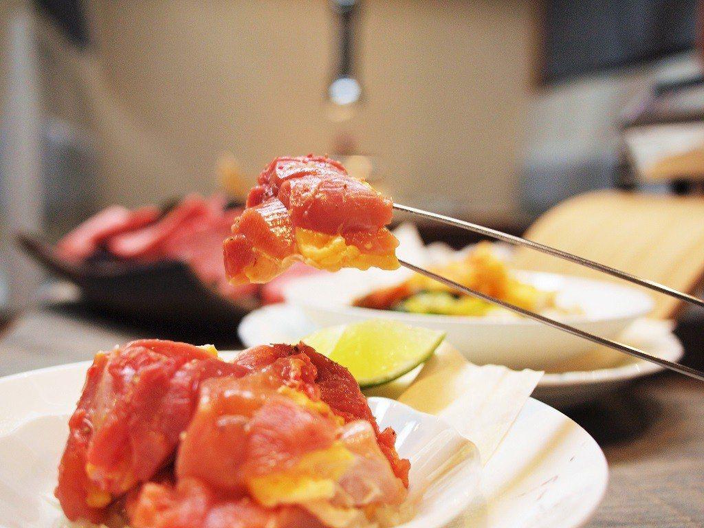 (圖/台灣旅行趣) ▲「玉米雞腿肉」顧名思義來自以玉米為主食的「玉米雞」,金黃的...