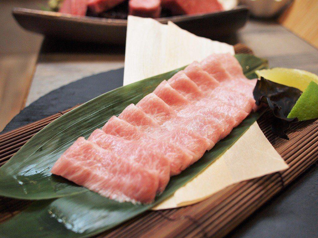 (圖/台灣旅行趣) ▲使用冷藏的「霜降豚」非常新鮮,微脆又有彈性。
