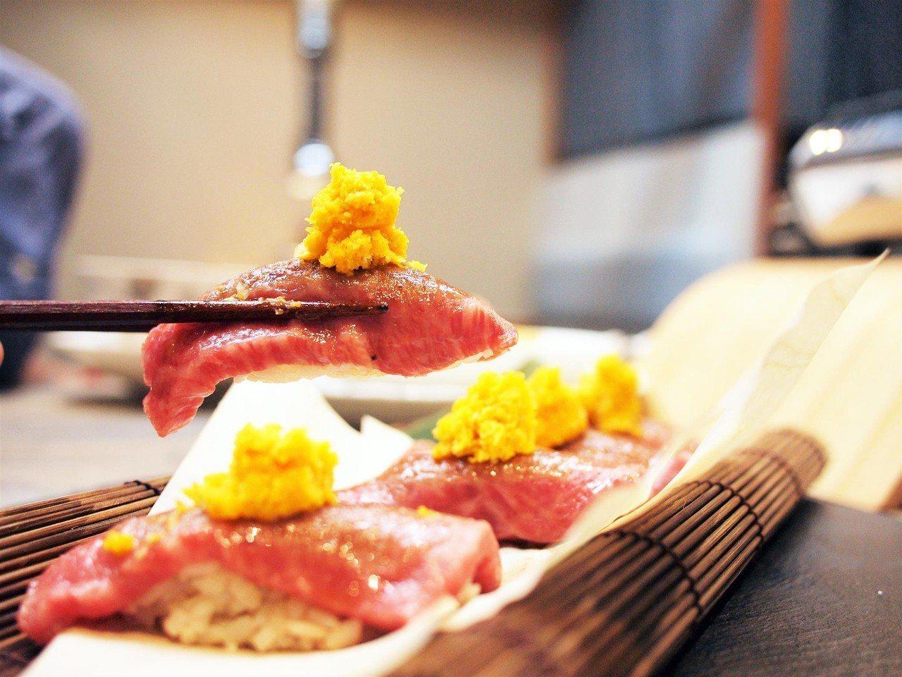 (圖/台灣旅行趣) ▲鹹蛋黃的香氣,與牛肉溫潤的口感融合在一起是絕配。