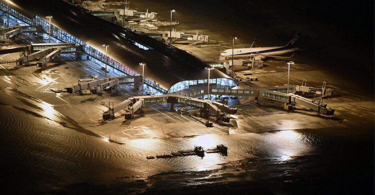 燕子颱風昨襲日,關西機場的跑道遭海水淹沒。 美聯社
