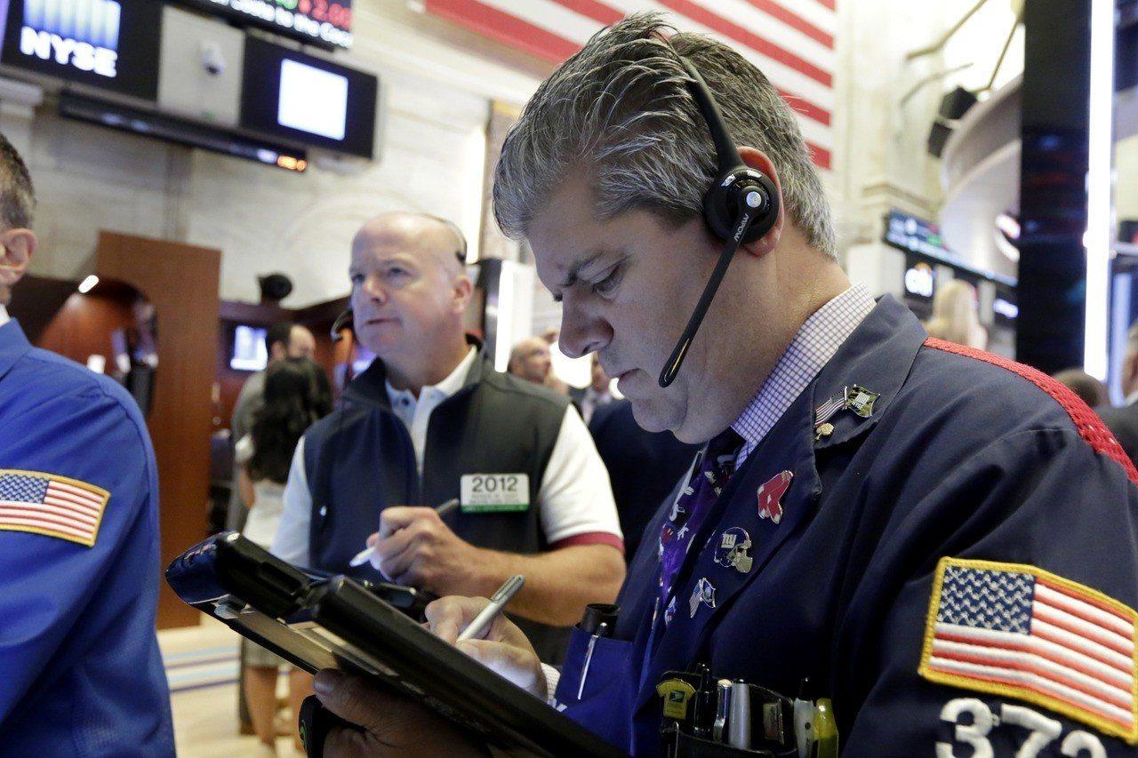 貿易戰疑慮及科技股挫跌,拖累美股三大指數周二全面下滑。 美聯社