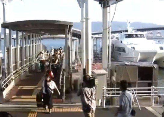 關西機場營運公司在風雨稍歇後,上午派出高速船將受困機場的5000旅客接駁到神戶機...