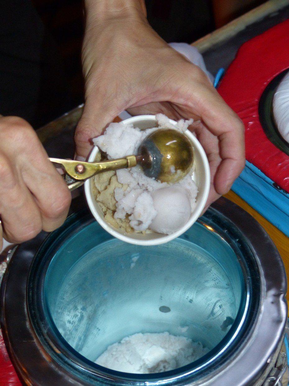 「公園芋仔冰」已傳承3代,用銅冰杓從冰桶挖起的的芋仔冰,格外有古早味。記者劉明岩/攝影