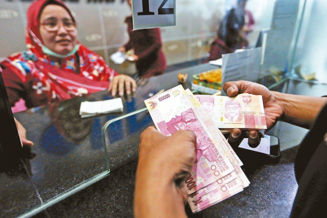 印尼日前宣布升息以捍衛印尼盾匯價,因應近來新興市場貨幣跌勢。路透