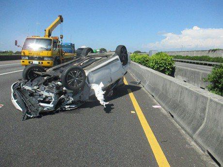 影╱命大!國道轎車翻覆2小孩噴飛 幸僅受輕傷