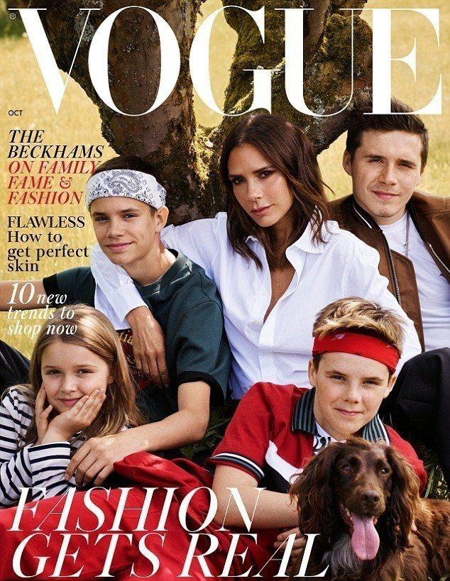 維多利亞貝克漢和孩子、狗狗一起拍封面,獨缺老公大衛,非常詭異。圖/摘自Vogue