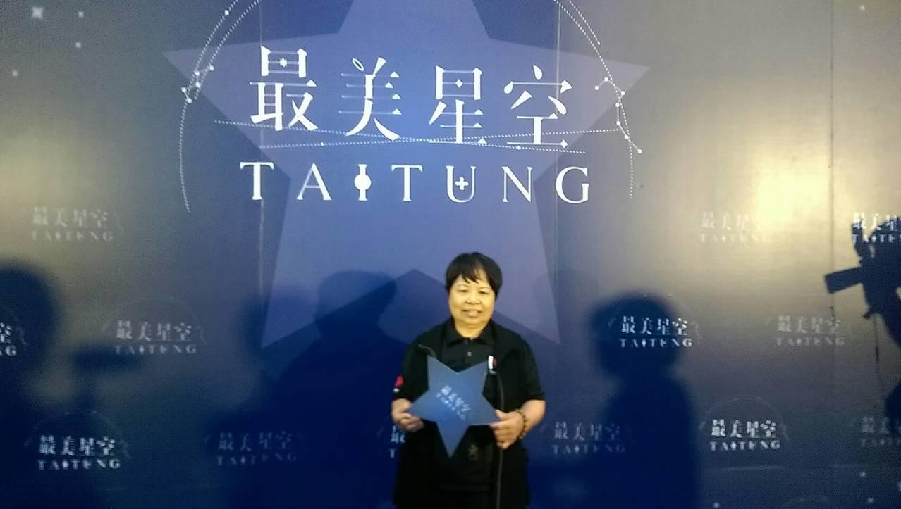 陳樹菊一身輕裝走主辦單位安排的星光大道,接受媒體拍照,她還有點不好意思還開玩笑說...