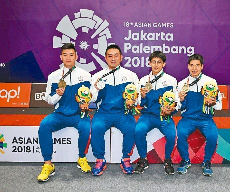 土地銀行羽球隊員王齊麟(左起)、陳志豪、陳宏麟、許仁豪等四位,代表臺灣參加雅加達亞洲運動會羽球賽,獲得男子團體賽第3名。 圖/土銀提供
