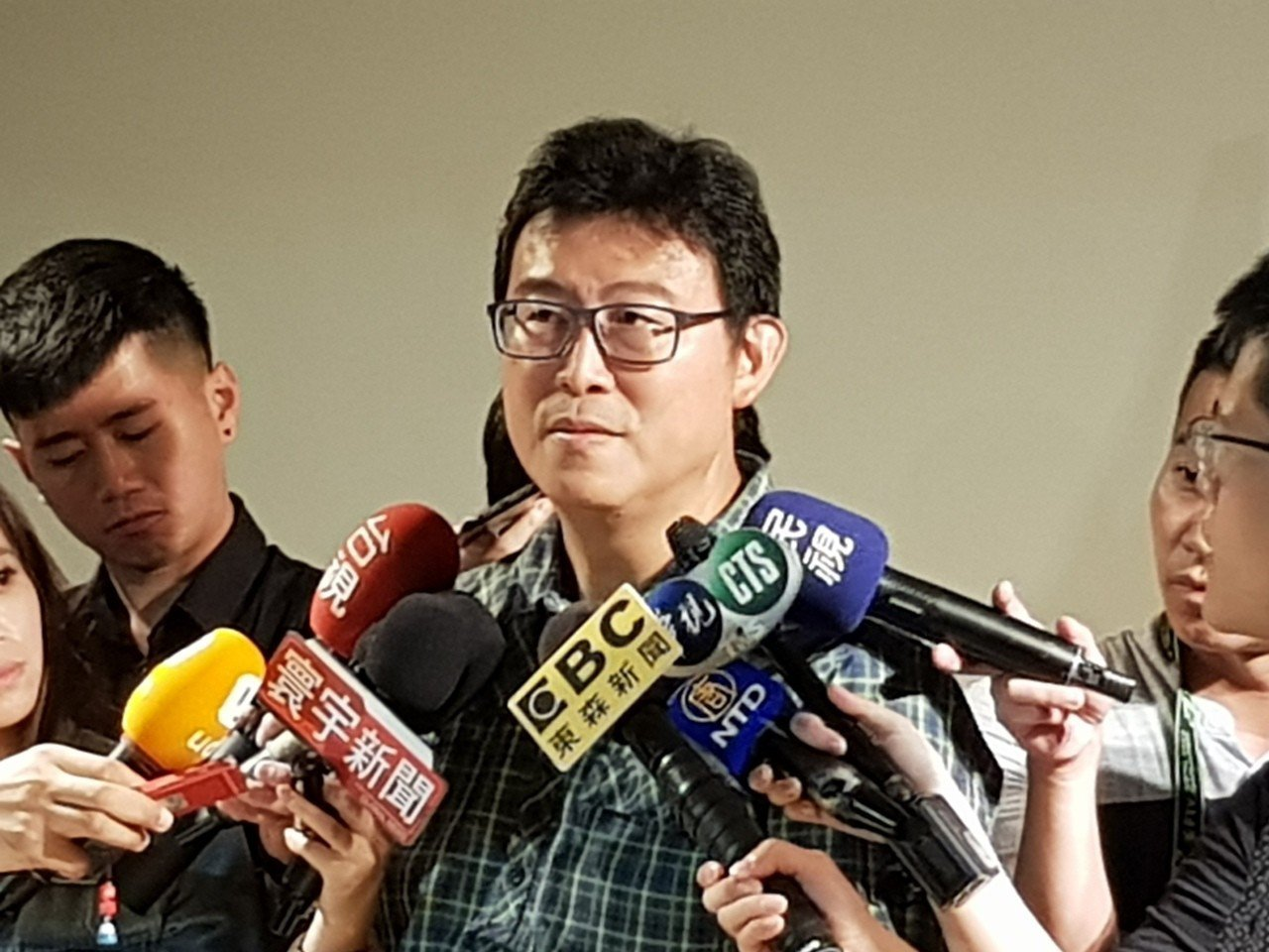 民進黨台北市長參選人姚文智今天於松山區與民間團體談論北市住宅政策並受訪。記者翁浩...
