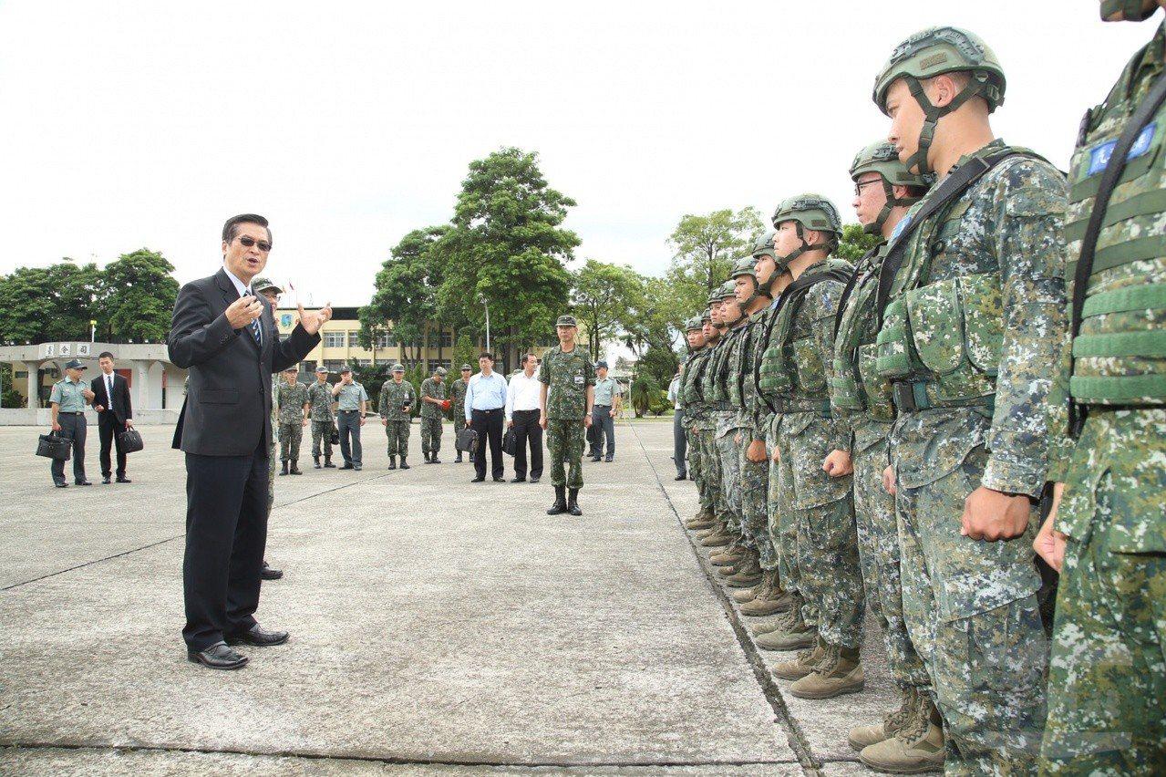 國防部長嚴德發甫於上月至今234旅巡視。圖╱軍聞社