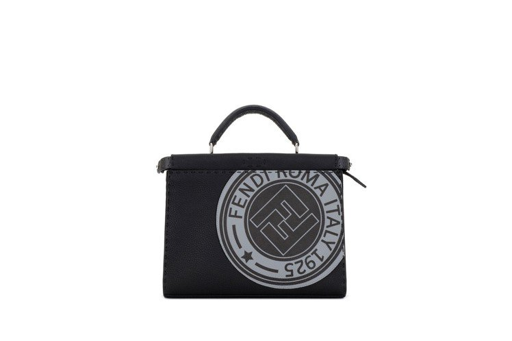 Peekaboo系列徽章肩背包,售價13萬元。圖/FENDI提供