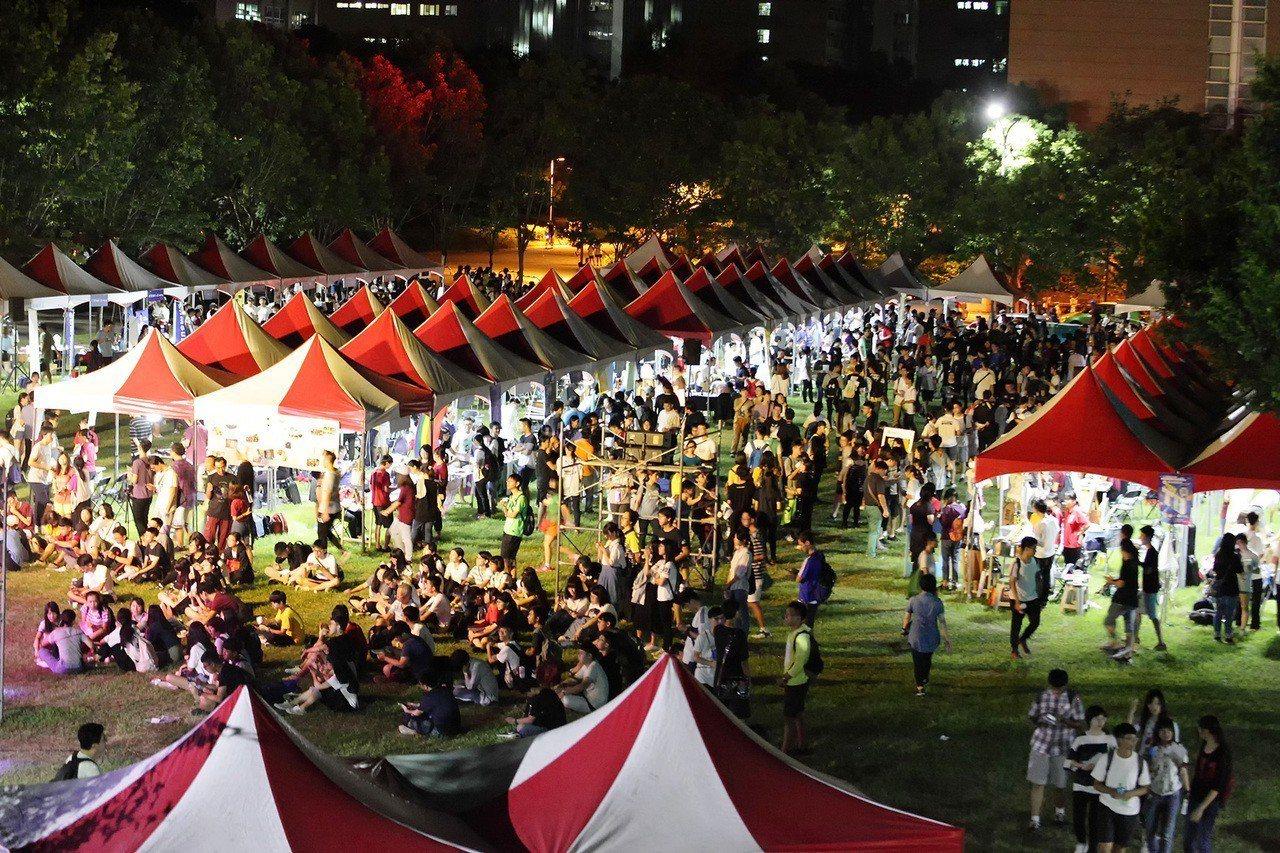 興大「飛船啟航」迎新,晚間校園有社團博覽會。圖/興大提供