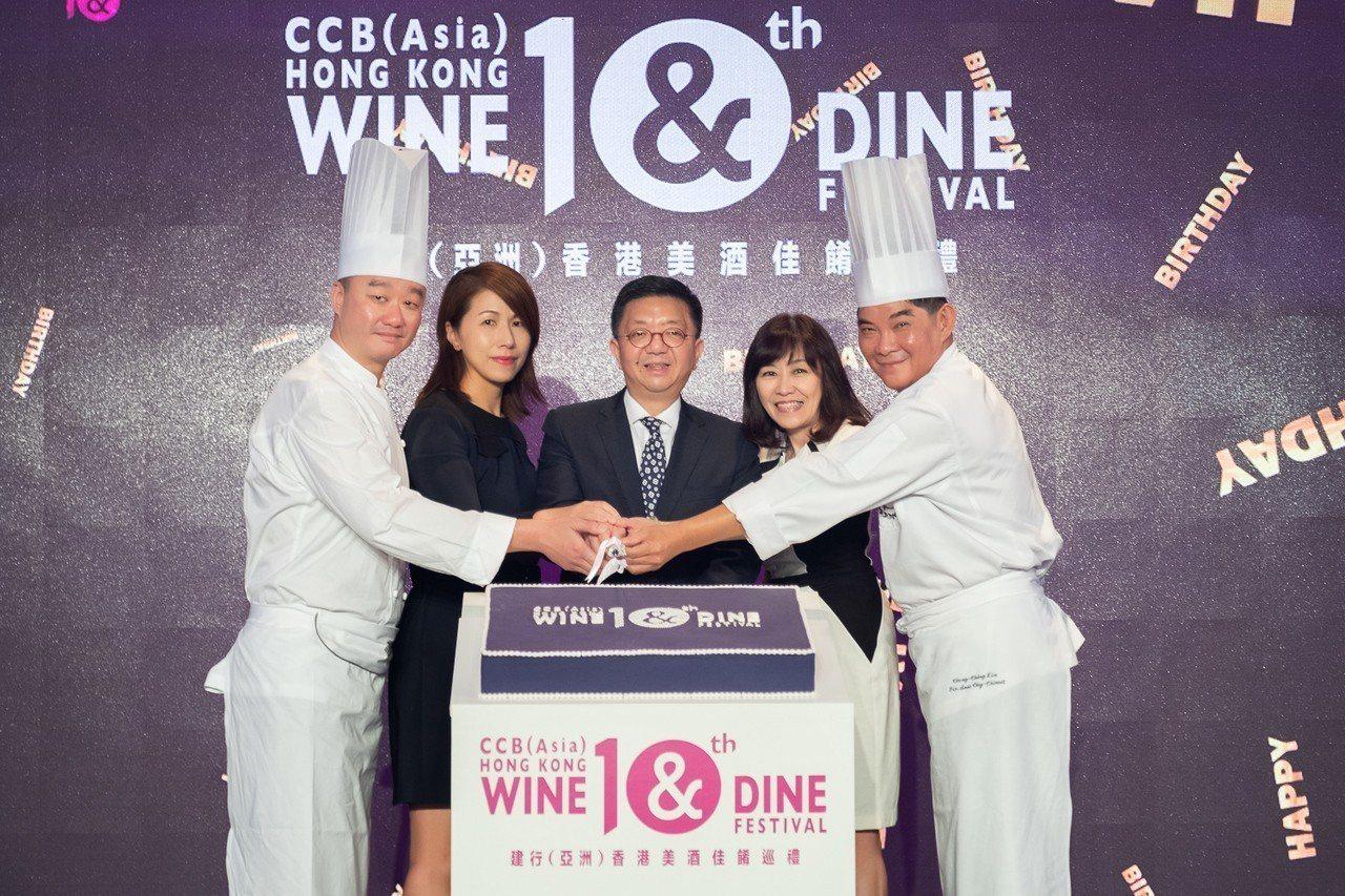 香港美酒佳餚巡禮將在10月25到28日登場,圖中為港旅局總幹事劉鎮漢、右二為港旅...