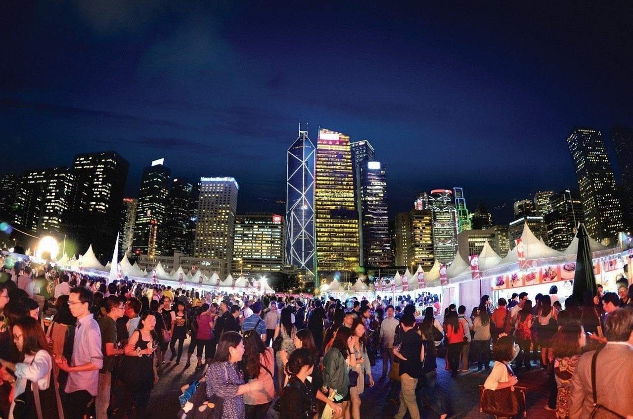 第10屆香港美酒佳餚巡禮規模歷年之最,預計在維港美景前帶來約450個攤位 。圖/...