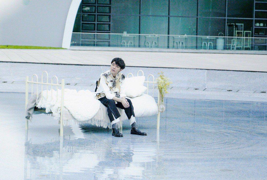 吳青峰在劇組搭設的水池床看似陶醉,但四周吸引許多爺奶圍觀。圖/大房小山音樂提供