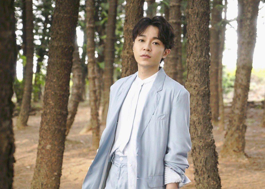 吳青峰在著名的九天黑森林拍MV。圖/大房小山音樂提供