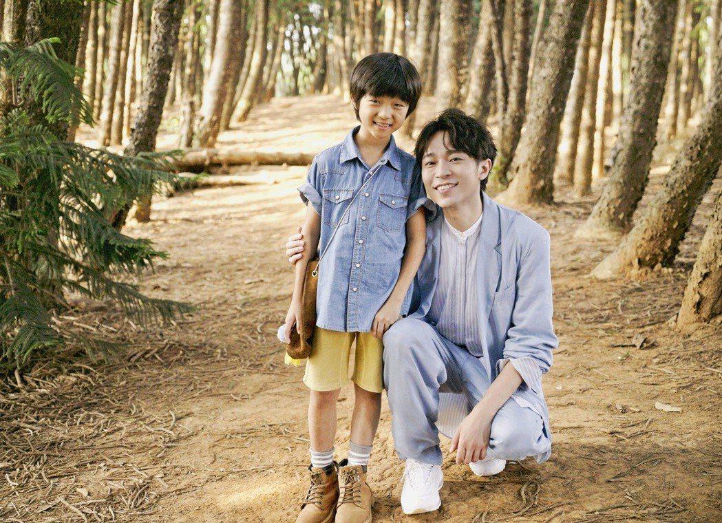 吳青峰(右)和參與多部電影的9歲男童演員潤潤相見歡。圖/大房小山音樂提供