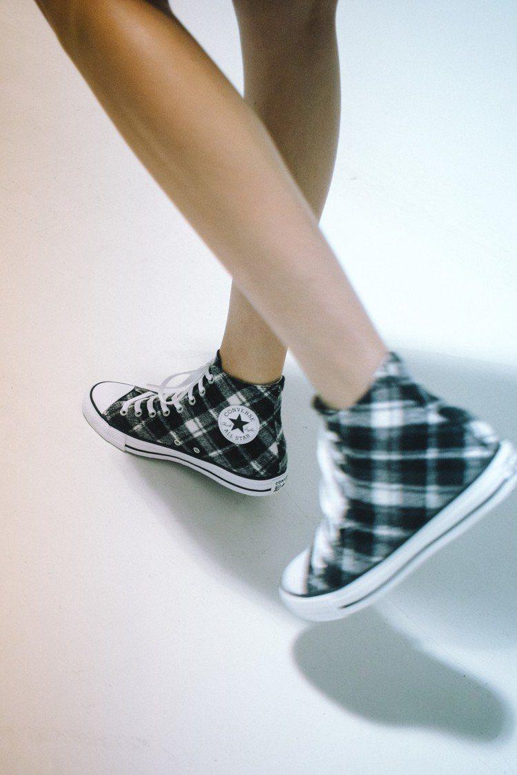 Converse與快時尚品牌Bershka合作,推出聯名鞋款,約2,990元。圖...