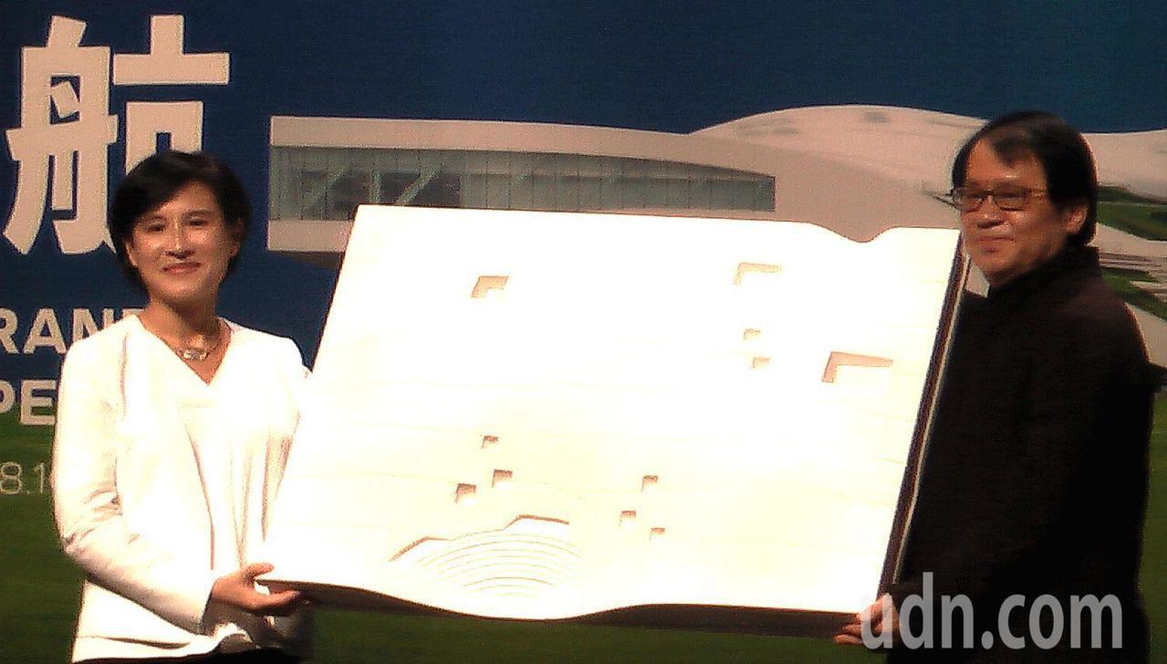 文化部長鄭麗君(左)將衛武營建築模型交給國表藝董事長朱宗慶(右),象徵文化部將完...