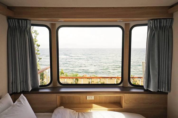 很適合坐在露營車內,放空度過悠閒一整天。圖/摘自覓海灣精品露營車粉絲專頁