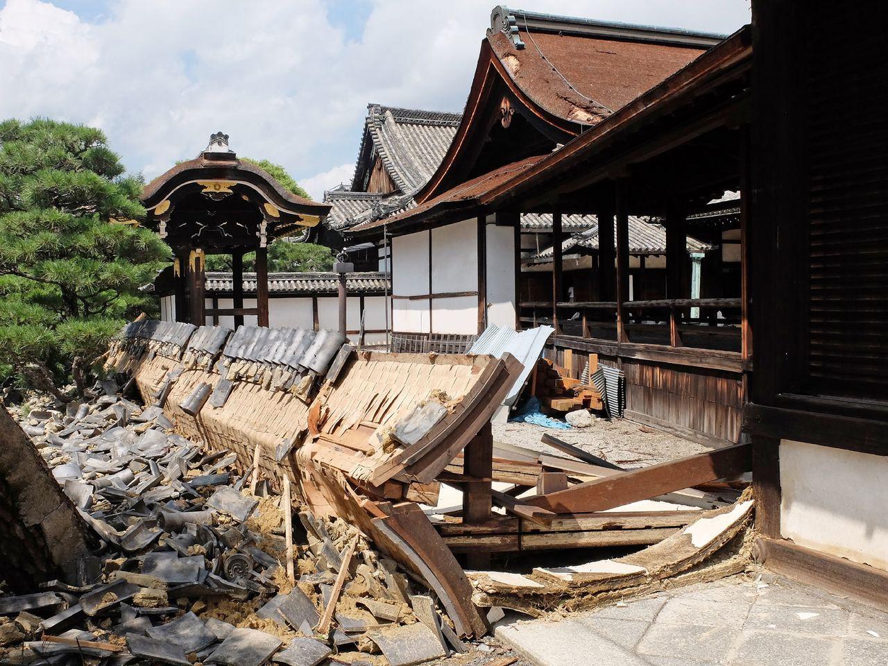 京都西本願寺的南能舞台圍牆不敵颱台威力而倒塌。(法新社)