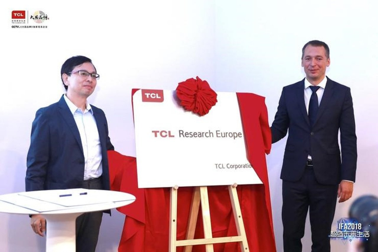 TCL 集團首席技術官閆曉林(左)和TCL 集團歐洲研發中心總經理Bartosz...