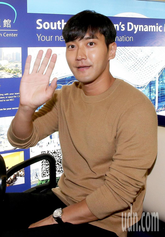 南韓藝人崔始源5日中午搭乘大韓航空公司班機抵達桃園機場。記者陳嘉寧/攝影