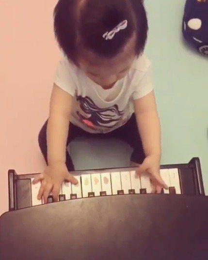 郭富城愛女彈鋼琴。圖/方媛IG