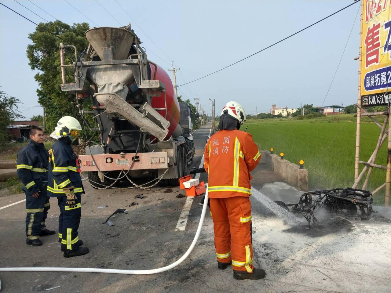 消防人員趕至現場撲滅燃燒的機車。記者鄭國樑/翻攝