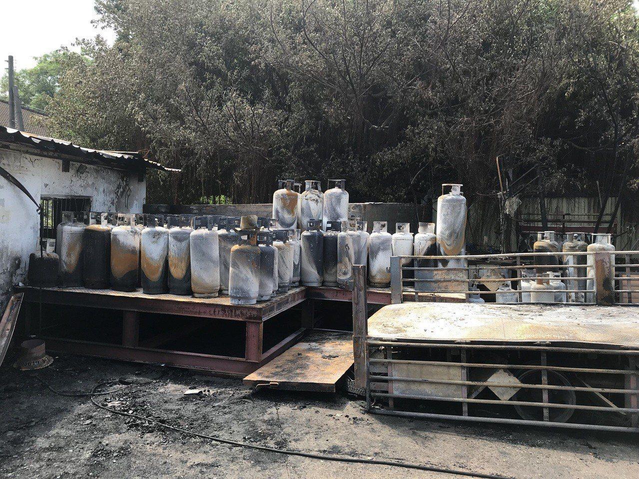 瓦斯鋼瓶燒毀情況。記者劉星君/翻攝