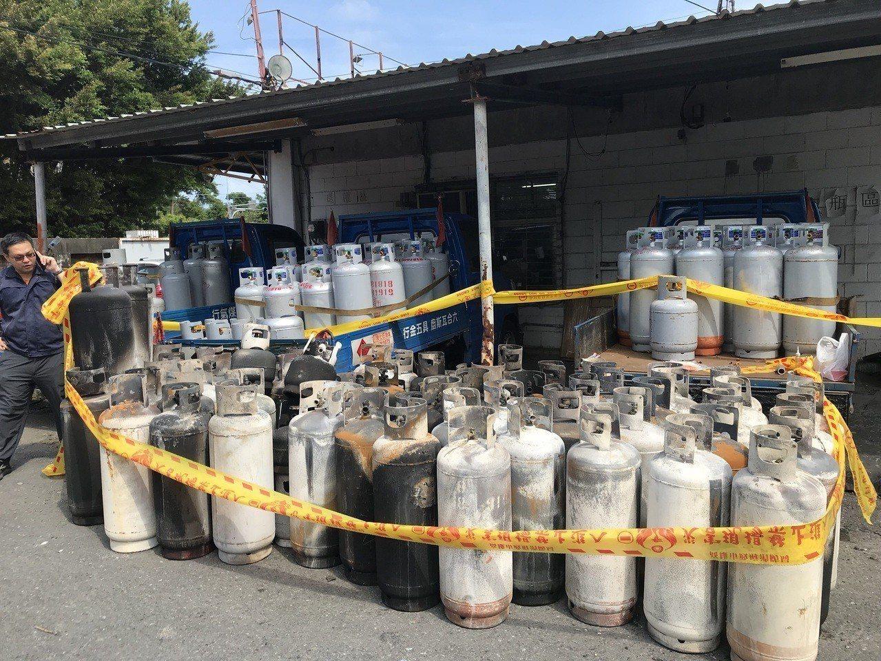 燒毀的瓦斯鋼瓶,現場用封鎖線管制。記者劉星君/翻攝